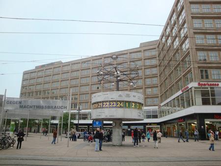Die berühmte Weltzeituhr am Alexanderplatz wurde schon zu DDR-Zeiten errichtet.