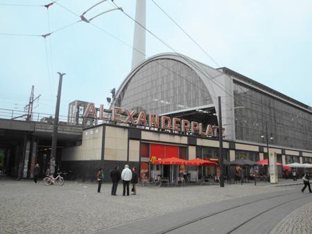 Der lange Bahnhof am Alexanderplatz ist schon eine Sehenswürdigkeit für sich.