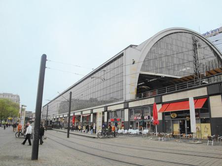 Snackbars, Restaurants, Geschäfte usw. finden sich am und im Bahnhof