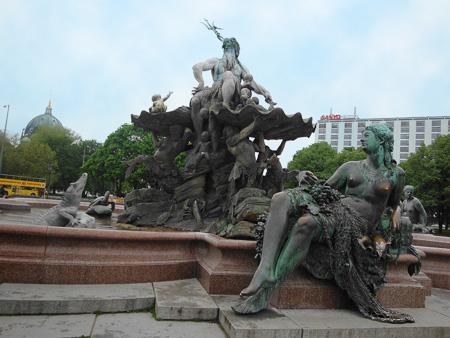Der Neptunbrunnen mit Berliner Dom
