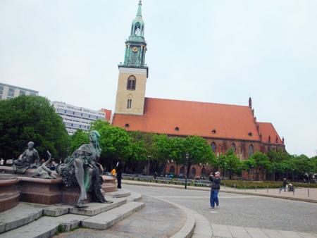 Neptunbrunnen mit St. Marienkirche