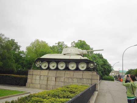Sowjetischer Panzer mit Brandenburger Tor