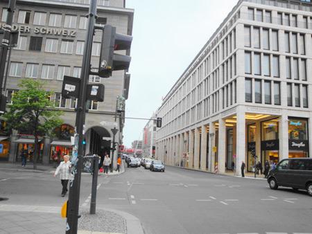 Haus der Schweiz und Friedrichstraße gen Norden in Richtung S-Bahn