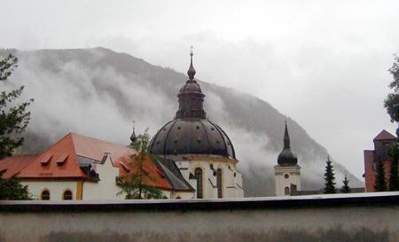 Kloster Ettal hinter der Klostermauer im Regen