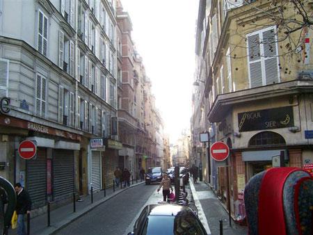 Viele Gassen und Straßen im Zentrum von Paris sind Einbahnstraßen
