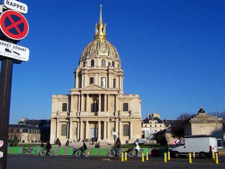 Invaliden Dom in Paris vor herrlich blauem Himmel