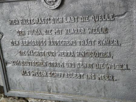 Der berühmte Spruch über der Fuldaquelle