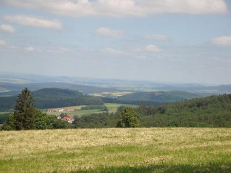 Blick vom Feldberg, in der Mitte die Gersfelder Kirche.
