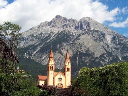 Kirche in Telfs vor der Hohen Munde.