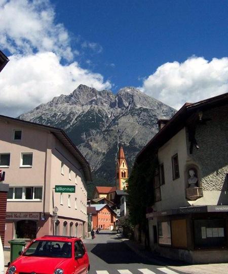Telfs mit Blick auf die Hohe Munde, Mieminger Gebirge.