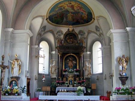 Selbst kleine Dorfkirchen sind innen prachtvoll ausgestattet.