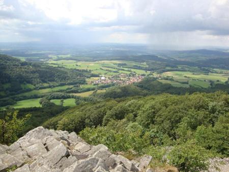 Oben erwartet uns ein 360°- Rundblick bis nach Fulda, den Habichtswald bei Kassel, den Vogelsberg und die Wasserkuppe.