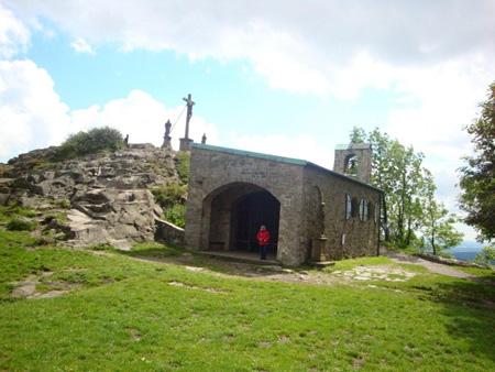 Kapelle und Gipfelkreuz und Denkmale