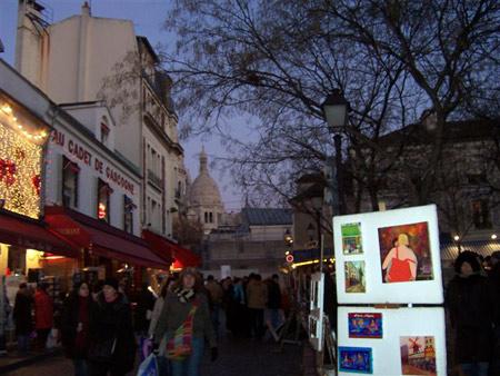 "Der Künstlermarkt Montmartre in Paris,<br /></noscript> im Hintergrund Sacre Coeur""><br /> <em>Der Künstlermarkt Montmartre in Paris,<br /> im Hintergrund Sacre Coeur</em><br /> <br /> <img src="