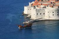 Ein Boot am Ufer von Dubrovnik