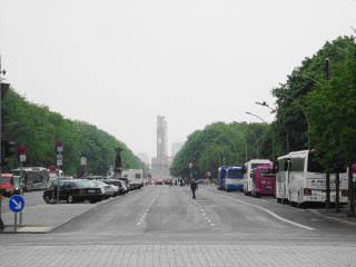 Diese Achse führt quer durch Berlin. Im Hintergrund die eingerüstete Siegessäule.