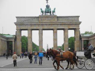 Pferdekutsche vor dem Tor