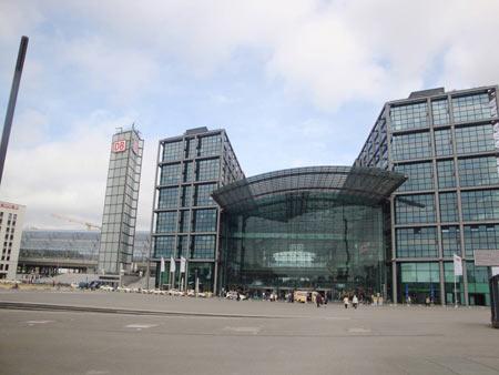Haupteingang Hbf Berlin und linker Teil des neuen Bahnhofs