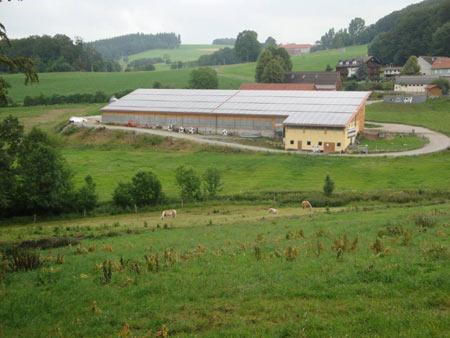 Typischer moderner Bauernhof, die Dächer bestehen ganz aus Sonnenkollektoren