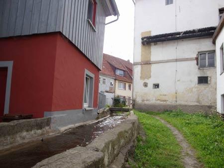 Idyllische Fußwege und Brückchen entlang der Stadtmauer