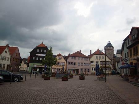 Markt und Rathausturm kurz vor einem Gewitterschauer