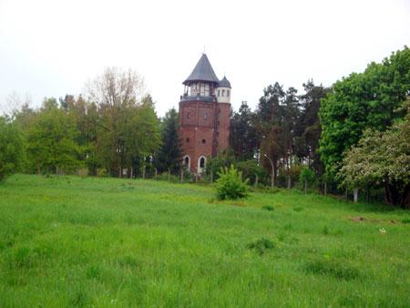 Den Wasserturm in unmittelbarer Nähe kann man besteigen, ein Cafe befindet sich im Fuße des Turms.