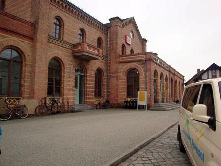 Der Bahnhof, von hier fährt die Regionalbahn direkt ins Zentrum von Berlin. Die wichtigsten Berliner Stationen