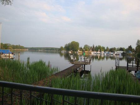 Königs Wusterhausen wird durchflossen von der Dahme, die oftmals zu breiten langgezogenen Seen verbreitert ist.