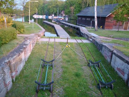Neben der Schleuse befindet sich ein Freibad und eine Slip-Anlage für Kanufahrer.