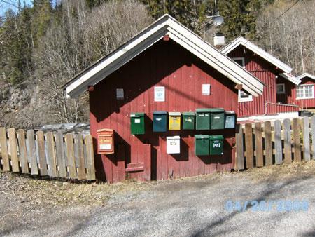 Briefkästen für Häuser am Berg