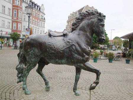 Den Eingang zur Altstadt zieren zwei Bronze - Pferde