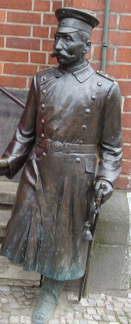Vor dem Eingang steht heute der Hauptmann von Köpenick