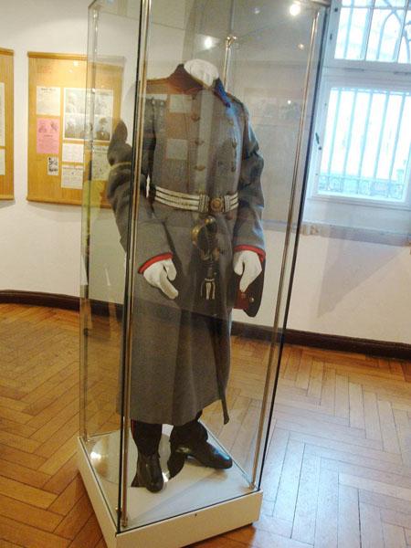 In einem kleinen Museumsraum sieht man die damalige Uniform und...