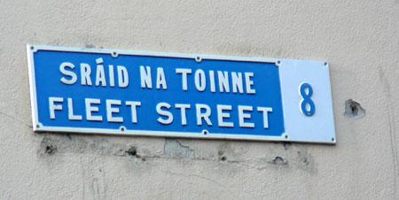 Strassenschild in Dublin - irisch und englisch