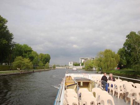 Blick vom Boot aus auf die Spree