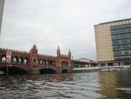 Verschnörkelte altertümliche Oberbaumbrücke seit 1896.