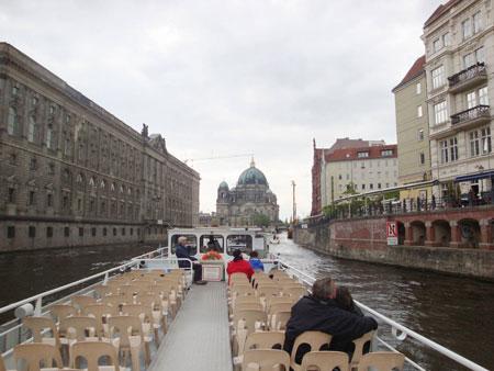 Das Spreeschiff fährt direkt am Berliner Dom entlang