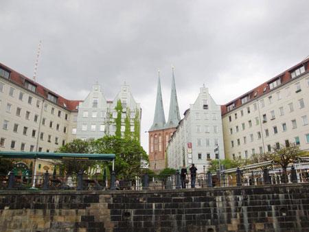 Das Nikolaiviertel mit der gleichnamigen Doppelturmkirche