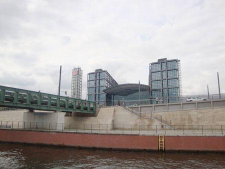 Wir sehen noch einmal den Hauptbahnhof und unterqueren die Fußgängerbrücke zum Regierungsviertel.