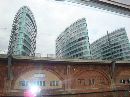 Moderne Glasbauten an der Spree