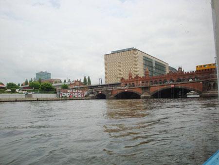Die Oberbaumbrücke verbindet Friedrichshain mit Kreuzberg