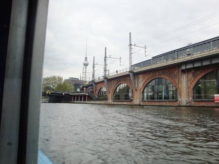 S-Bahnhof mit Fernsehturm