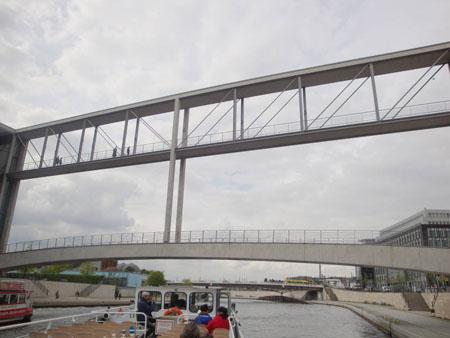 Die Verbindungsbrücke für Fußgänger über die Spree am Paul-Löbe-Haus