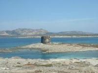 Turm im Meer von Sardinien