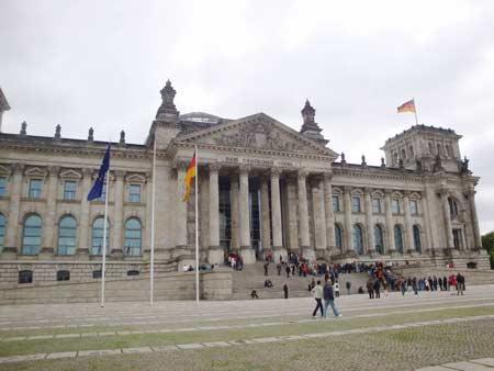 Die obligatorische Menschenschlange vor dem Reichstag
