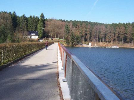 Wanderweg über den Staudamm
