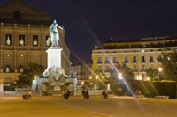 Platz in Madrid bei Nacht