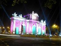 Tor in Madrid bei Nacht