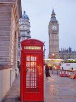 LONDON: typische rote Telefonzelle und der Big Ben im Hintergrund