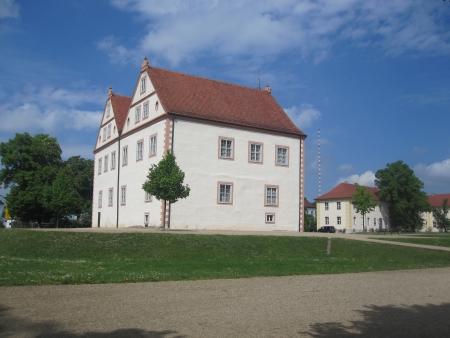 Schloss mit Nebengebäuden
